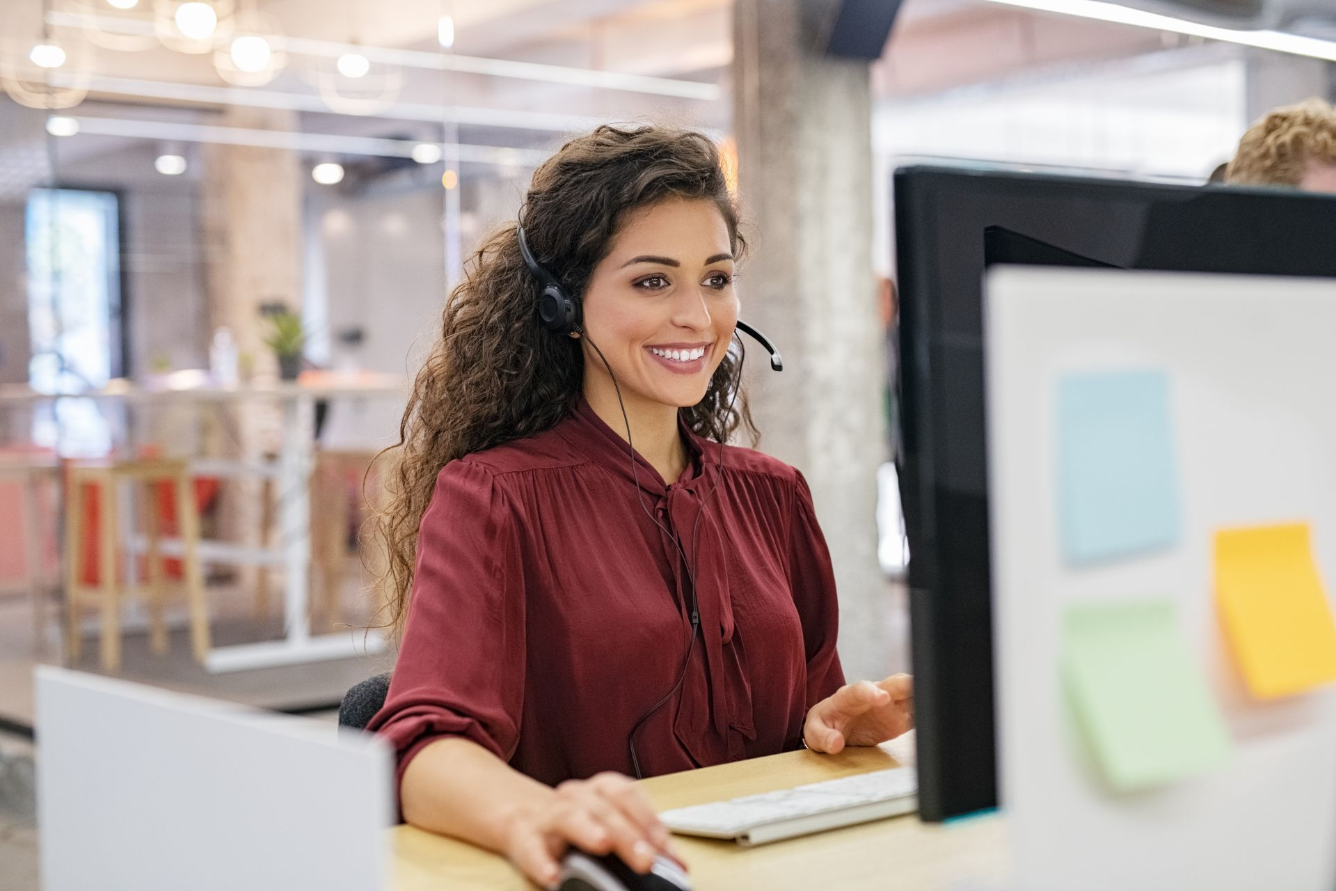 https://www.electranorte.es/area-clientes/resources/happy-smiling-woman-working-in-call-center-wzecz2u.jpg
